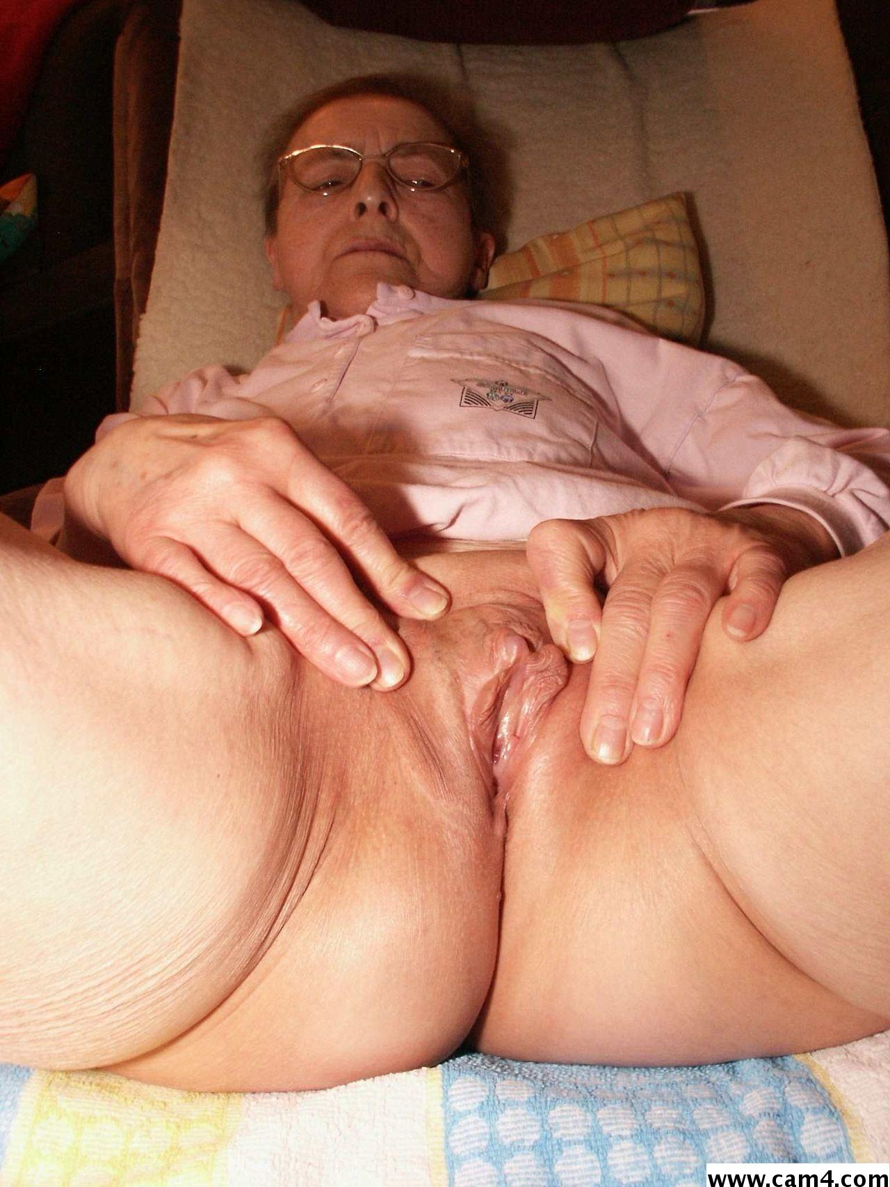 Fingering fat pussy